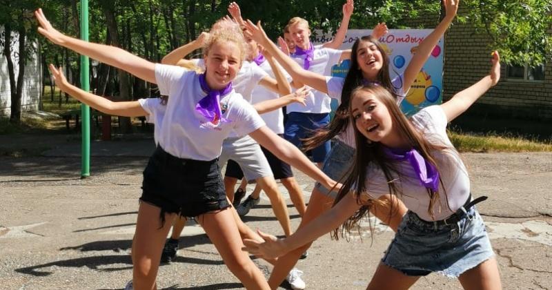 Учащиеся Гимназии №3 заехали в детский лагерь Заря. Уже открыли смены и поставили первые номера.